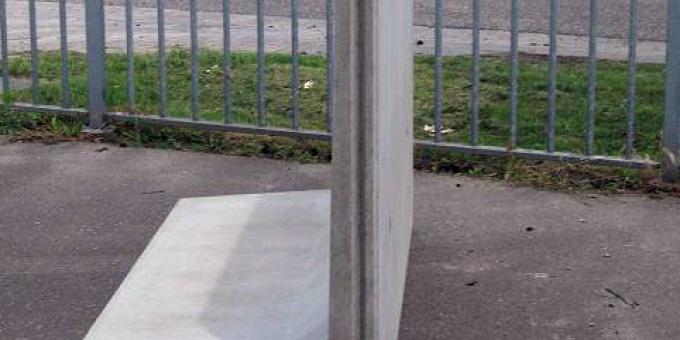 Keerwand : Lang 200 cm Hoog 125 cm Voet 78 cm