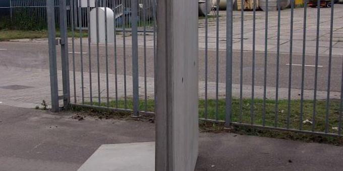 Keerwand : Lang 200 cm Hoog 250 cm Voet 150 cm
